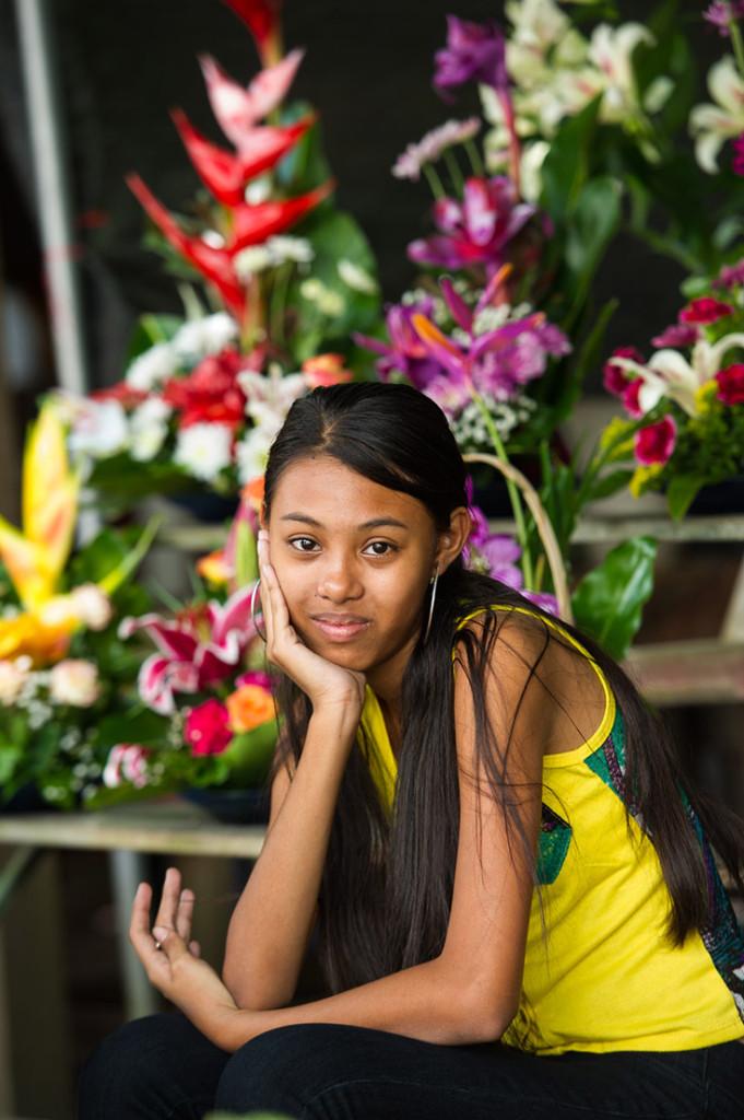 Een meisje verkoopt bloemen in Paramaribo, Suriname