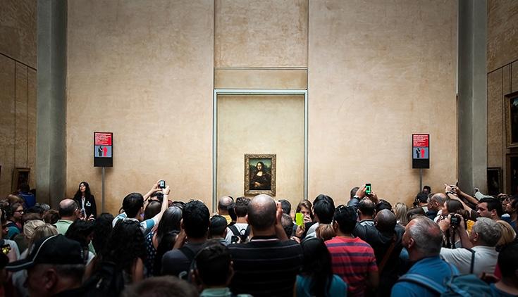 ...echter is de museumzaal van de Mona Lisa in het echt helaas wat minder rustig.