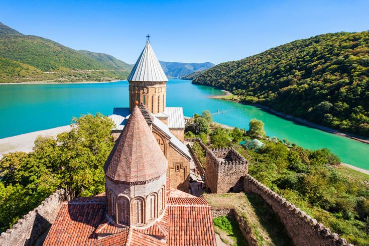 In de Aragvirivier, zo'n 45 kilometer buiten Tbilisi, staat het 13e-eeuwse Ananuri-kasteelcomplex