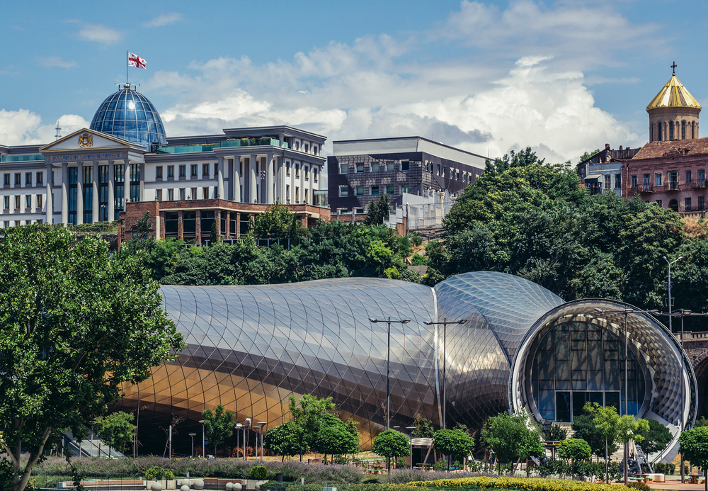 De architectonische diversiteit van Georgië in één beeld gevangen: een eeuwenoud klooster, een neoklassiek Presidentieel paleis en een modern concertgebouw.