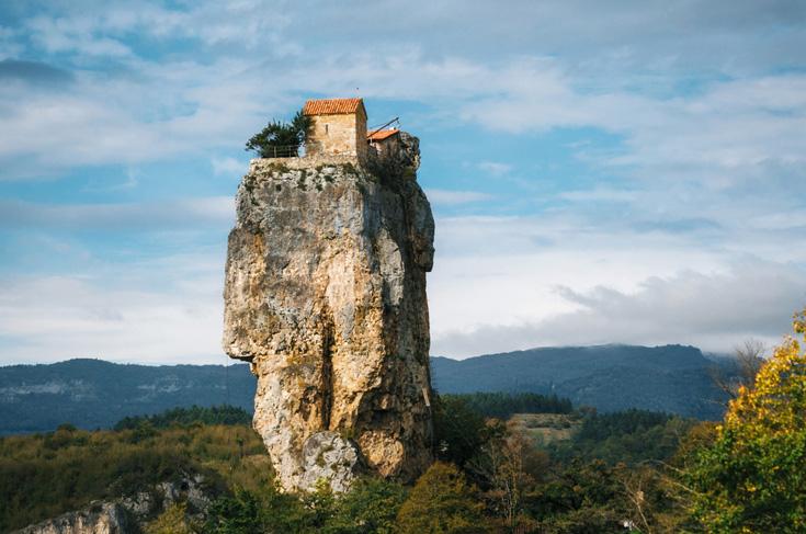 Het Katskhi-klooster is bovenop een ruim 40 meter hoge kalksteenzuil gebouwd