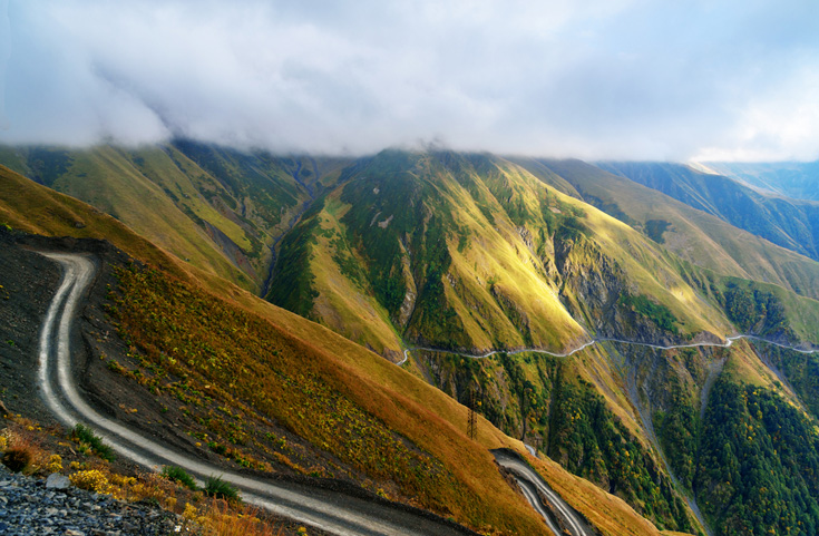 De weg naar Omalo, in Tusheti, staat onder meer vanwege de soms snel opkomende mist bekend als één van de gevaarlijkste wegen van Europa.