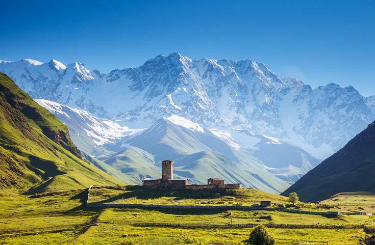 Uitzicht op Ushguli, met daarachter de Sjchara, die met 5201 meter de hoogste berg van Georgië is.