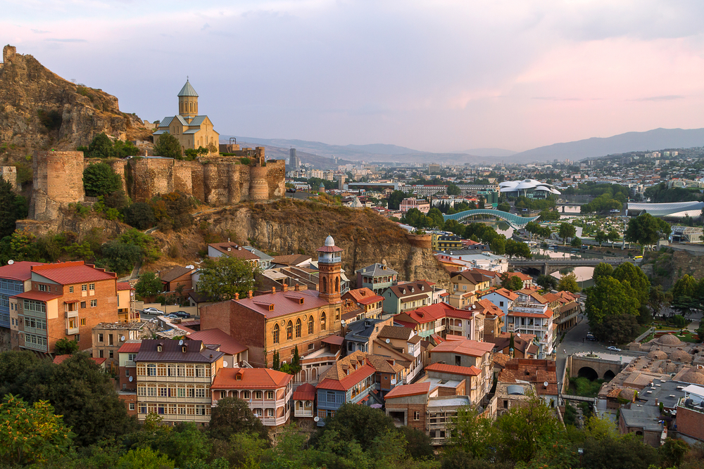 Het Perzische, 4e eeuwse Narikala-kasteel kijkt uit over het oude centrum van Tbilisi