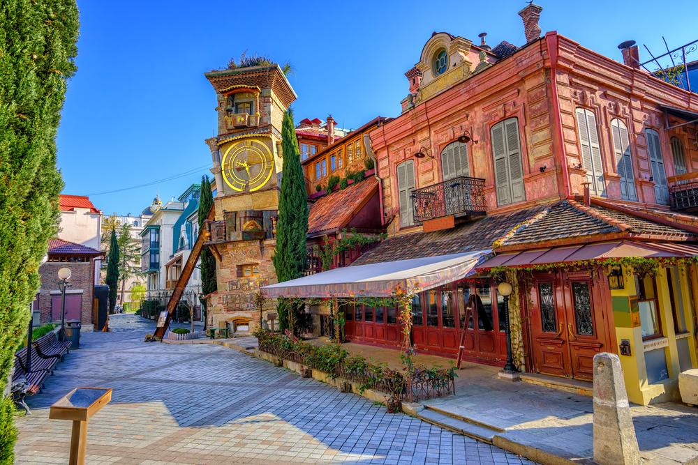 Het Rezo Gabriadze Marionettentheater, met de opvallend scheve klokkentoren, in Tbilisi