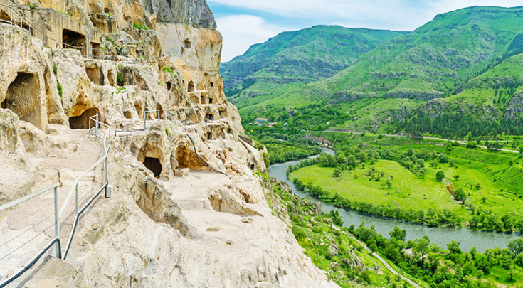 De middeleeuwse grotstad van Vardzia, waar nog steeds een vijftal monniken woont.